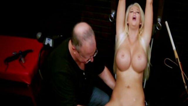 Une gymnaste flexible se déshabille en film porno complet streaming gratuit répandant sa chatte rasée
