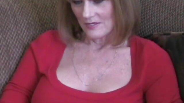 Hayden Bell joue avec son vibromasseur au lit regarder des films porno gratuitement