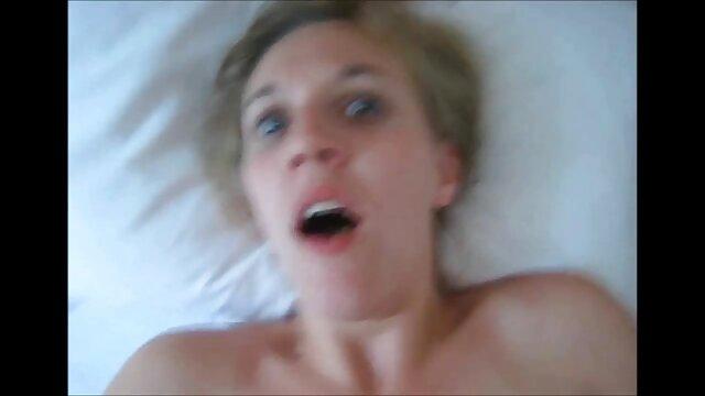 Dame rétro sautant sur un video x en streaming gratuit pénis raide