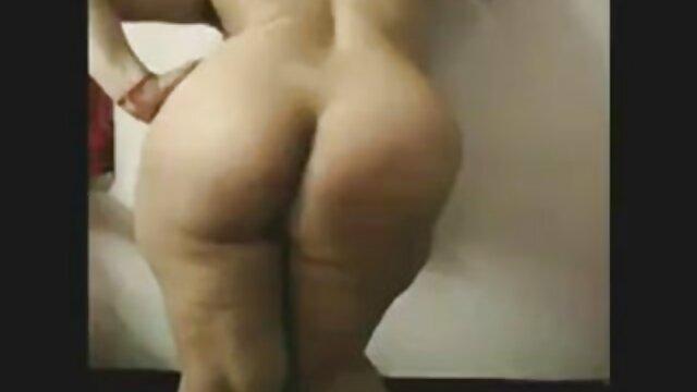 Teen brunette streaming film pornographique donnant une pipe pendant le casting